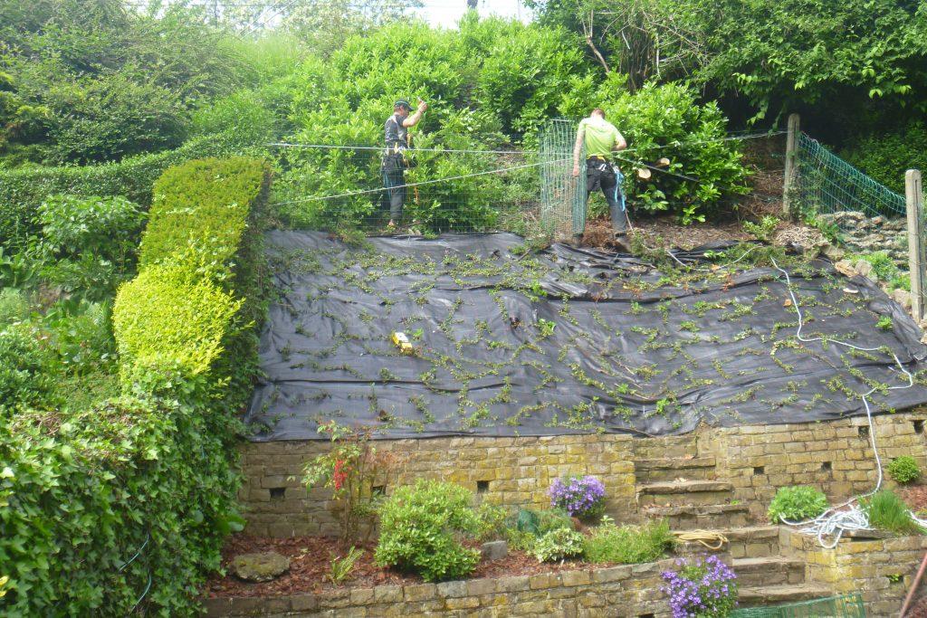 Jardinage en verticalité - installation sécurisée de clôture sur pente