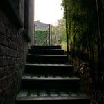 Du haut de cet escalier, il nous a été demandé de modifier un chemin en pavés et d'installer une nouvelle barrière.