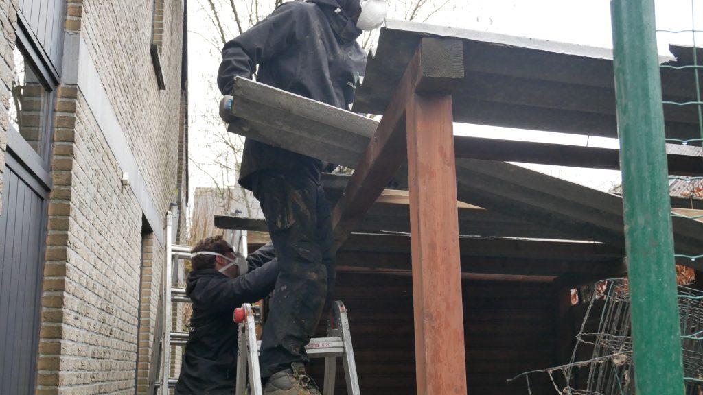 Démontage du toit d'un abri de jardin